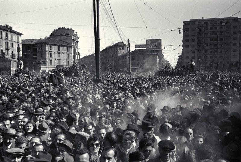 Piazzale Loreto folla guarda gerarchi appesi