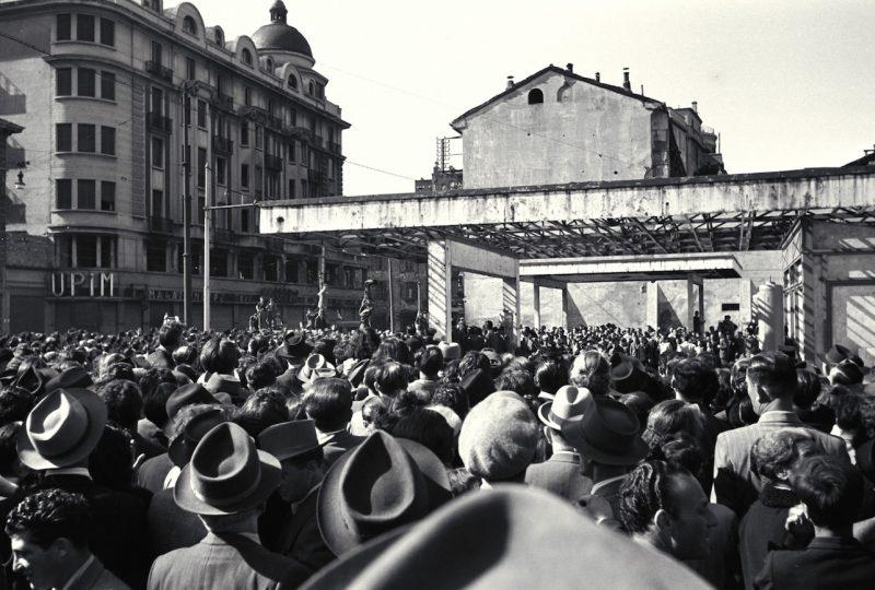 Piazzale Loreto - Folla 1 - Pensilina con Gerarchi appesi