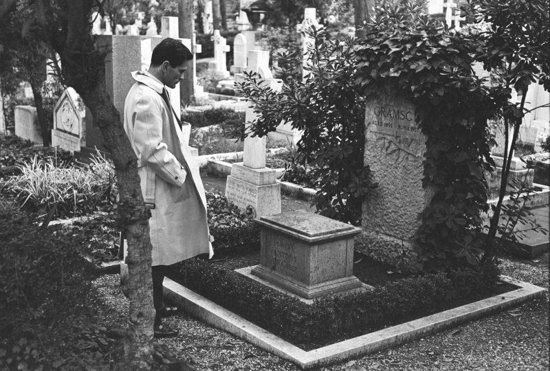 Pasolini sulla tomba di Antonio Gramsci