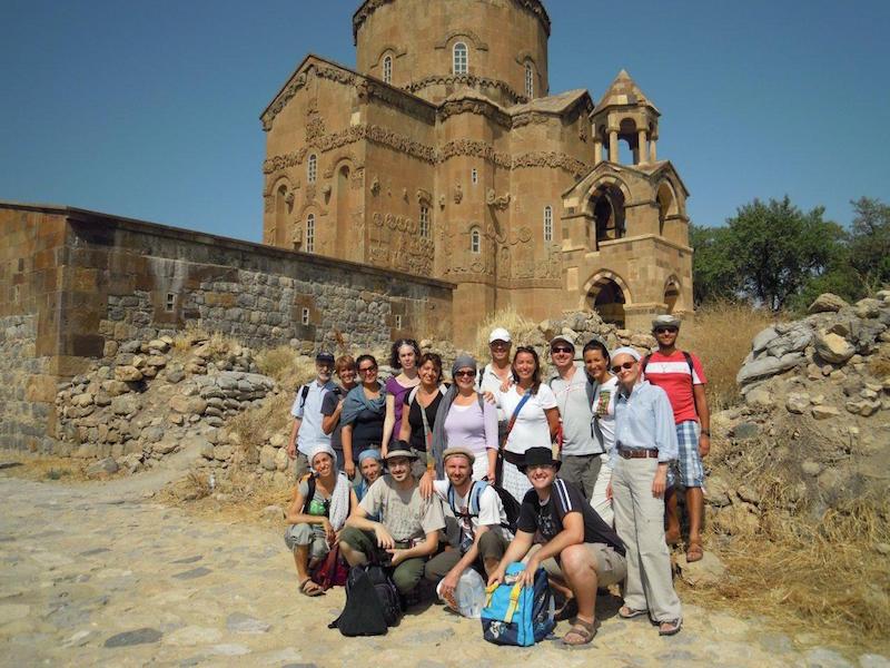 Gruppo di pellegrini italiani a Akdamar, sullo sfondo la chiesa armena di Santa Croce (X sec.)