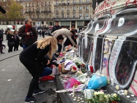 Cittadini depongono fiori a place de la République