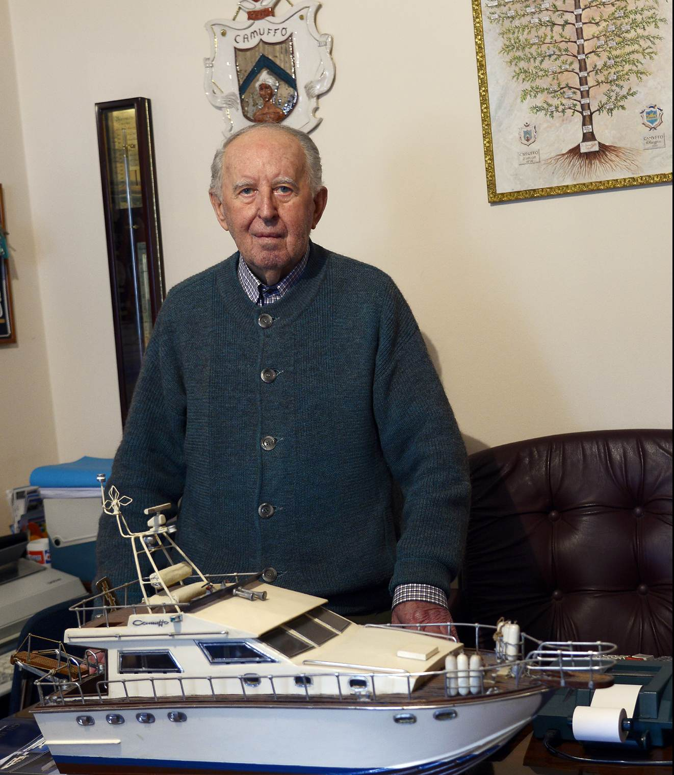 Marco Camuffo con modellino yacht
