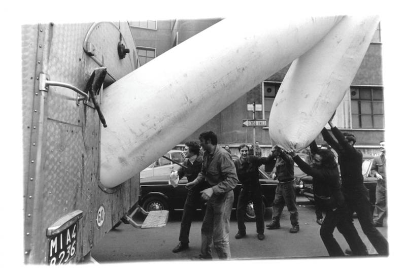 Franco Mazzucchelli, A. TO A., Milano, 1971. Gonfiabili posti all'esterno dell'Alfa Romeo di Milano. Foto © Enrico Cattaneo. Courtesy dell'artista