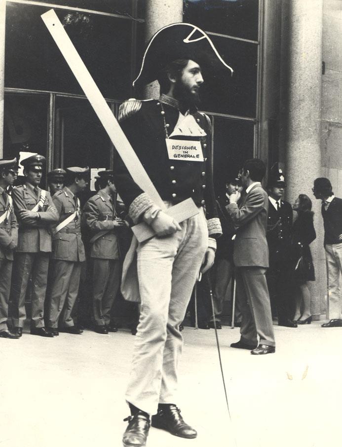 """1973. Michele De Lucchi """"Designer in Generale"""" manifesta davanti alla Triennale presidiata dalla polizia"""