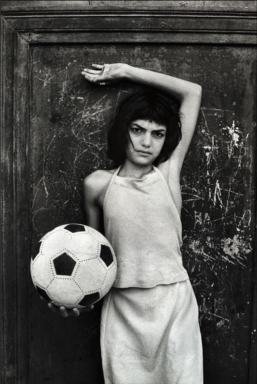 La bambina con il pallone, quartiere la Cala Palermo, 1980 - Courtesy Letizia Battaglia