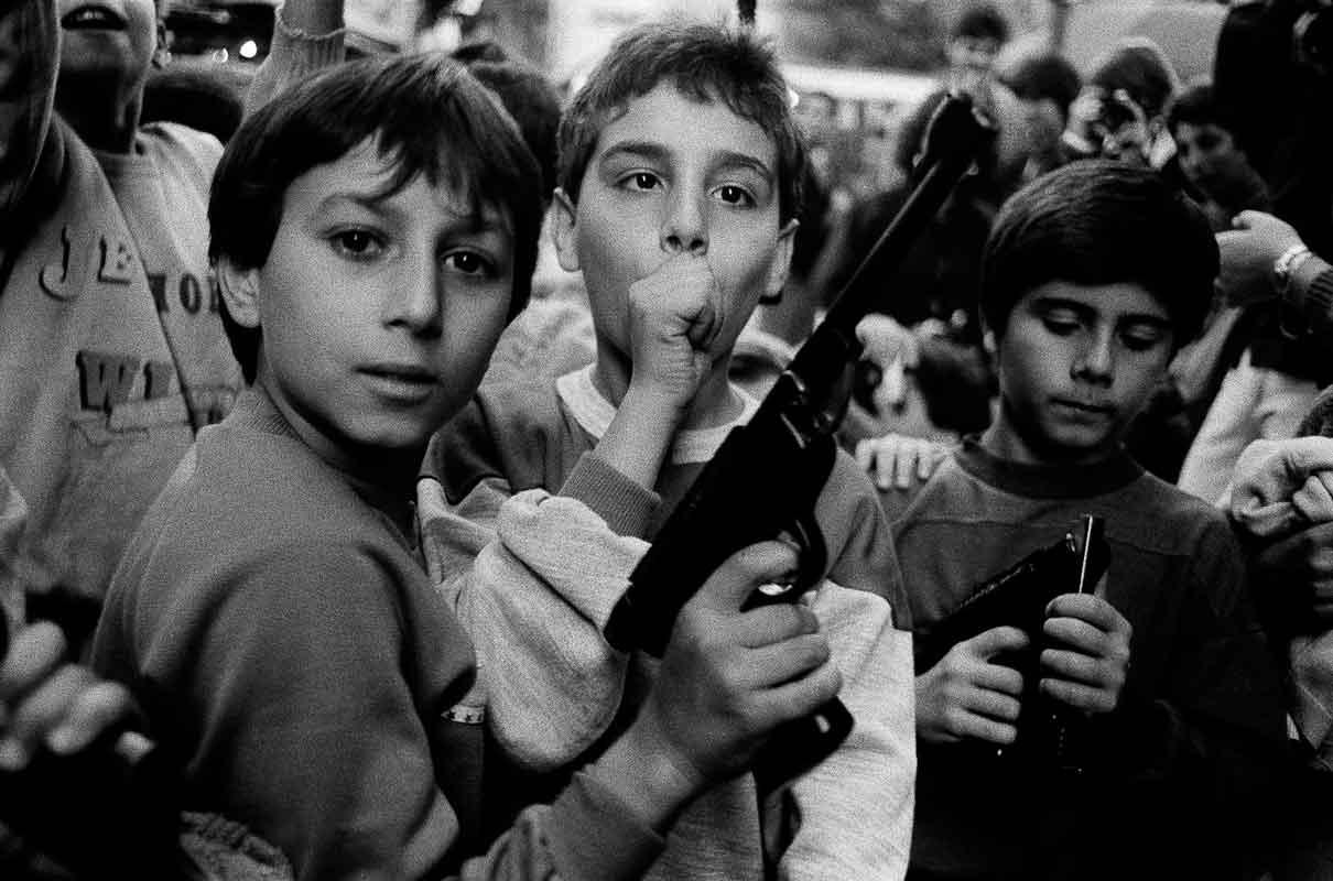 Festa del giorno dei morti. I bambini giocano con le armi Palermo, 1986 - Courtesy Letizia Battaglia