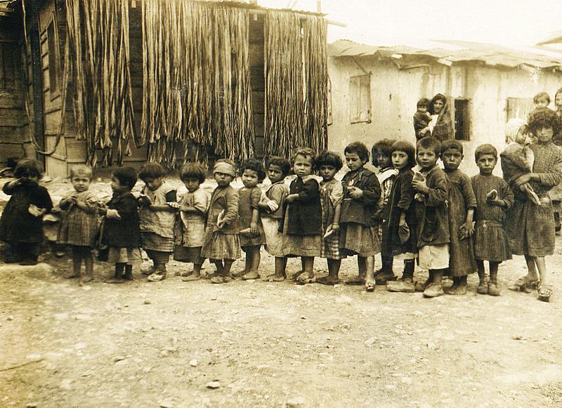 Bambini armeni in un campo profughi di Aleppo - Armenian Genocide Museum-Institute collection