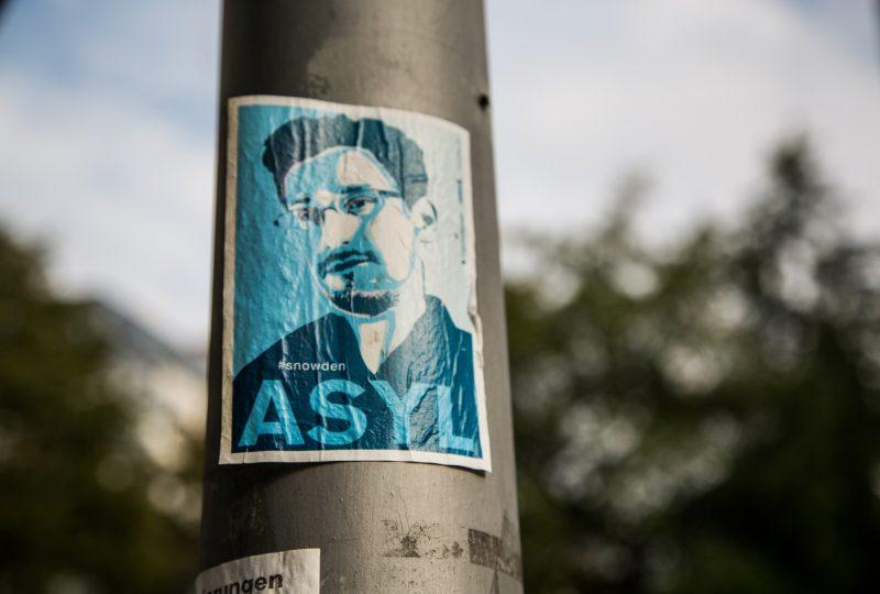 Un adesivo in sostegno della concessione di asilo a Snowden, Anklamer Straße, Berlino - (foto di Tony Webster, fonte http://bit.ly/1Trmqmr)