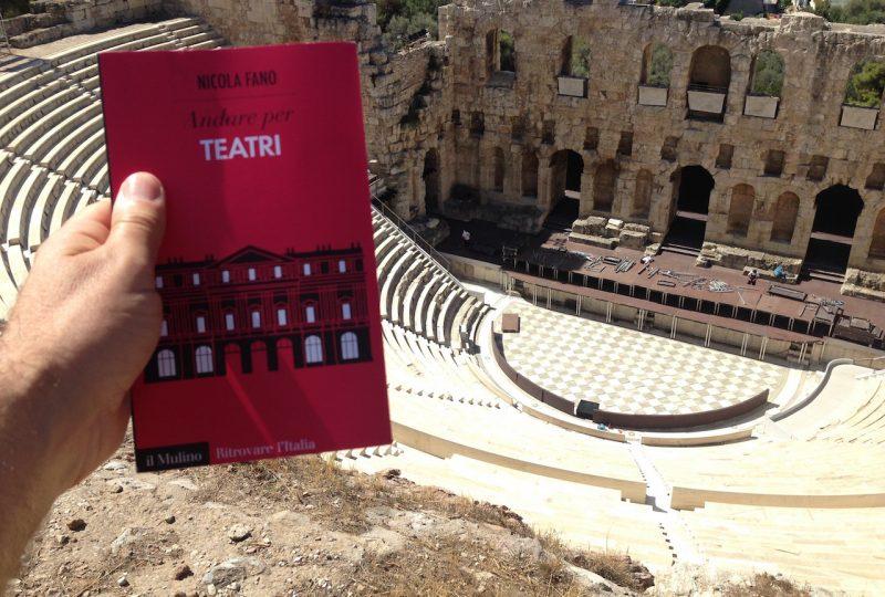 Andare per Teatri, di Nicola Fano, davanti al Teatro di Erode Attico