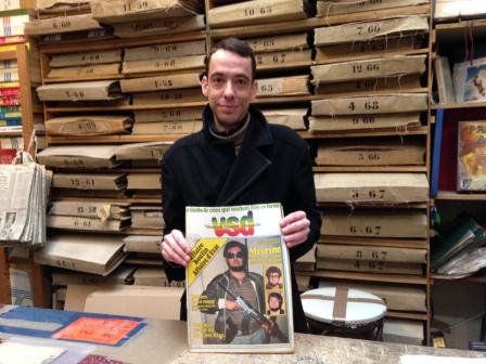 Pierre Aribaud con un giornale dei primi anni '80