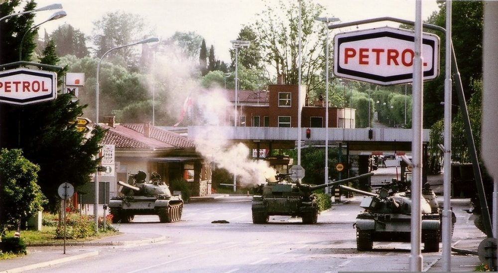 Teritorialci_so_z_armbrustom_zadeli_tank_v_križišču_pred_MMP_Rožna_Dolina.