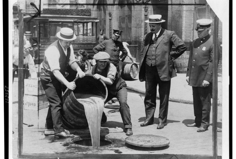 La polizia statunitense fa gettare nelle fogne botti di liquore illegale, durante gli anni 20