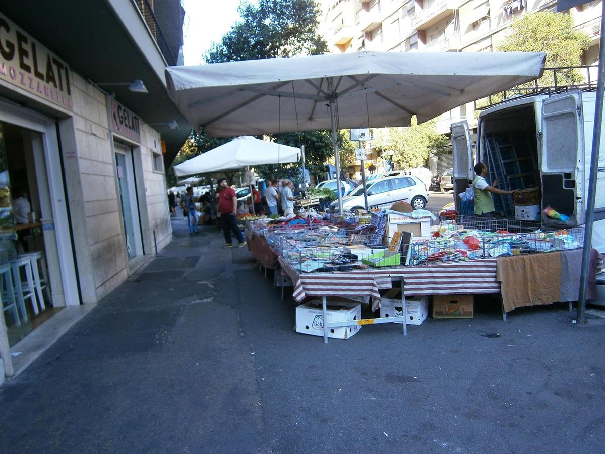 Alcune strade di Roma invase dagli ambulanti