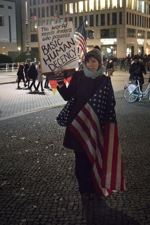 Una expat americana protesta contro Trump a Berlino. Foto: Daniela Carducci