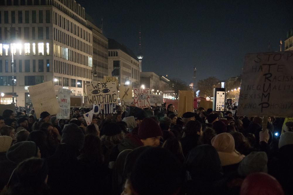 I cartelli dei manifestanti anti-Trump a Berlino. Foto: Daniela Carducci
