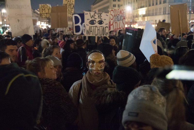 In maschera per protestare contro Trump a Berlino