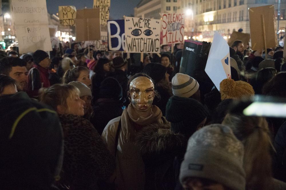 In maschera per protestare contro Trump a Berlino. Foto: Daniela Carducci