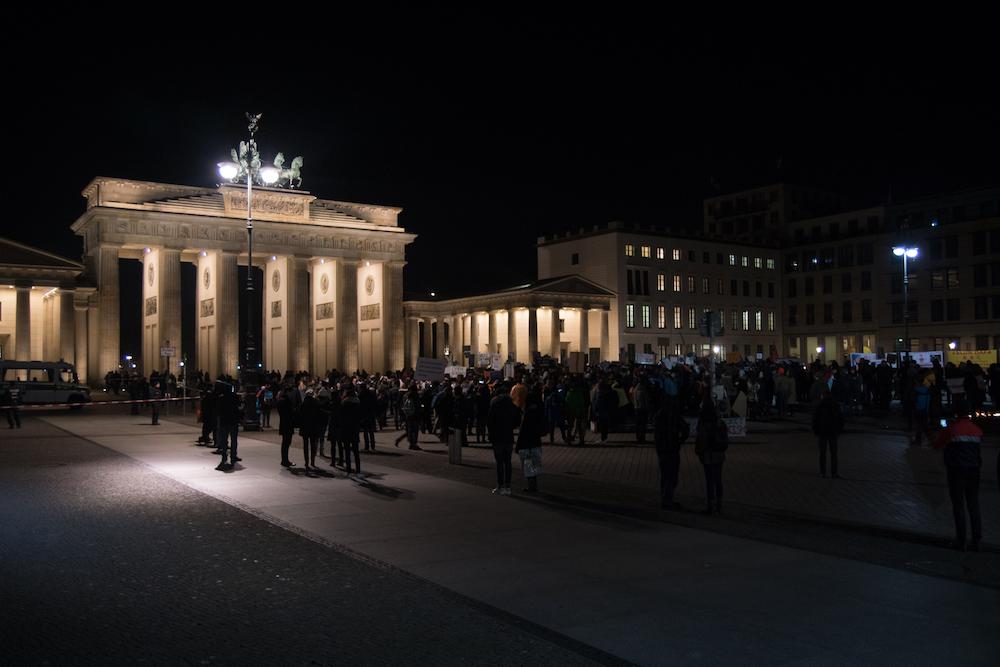 Il gruppo di manifestanti davanti alla porta di Brandeburgo. Foto: Daniela Carducci