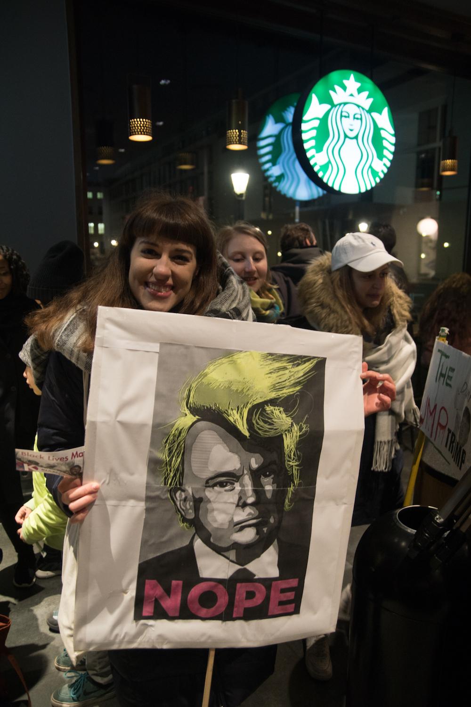 Manifestanti contro Trump si riparano dal freddo in uno Starbuck. Foto: Daniela Carducci