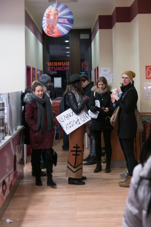 Manifestanti anti-trump da Dunkin' Donuts. Foto: Daniela Carducci