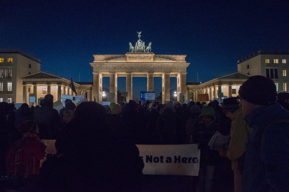 I manifestanti davanti alla porta di Brandeburgo. Foto: Daniela Carducci