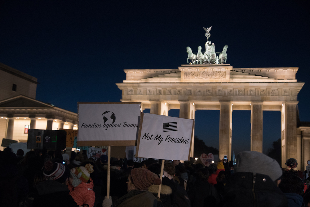 Proteste contro Trump davanti alla Porta di Brandeburgo. Foto: Daniela Carducci