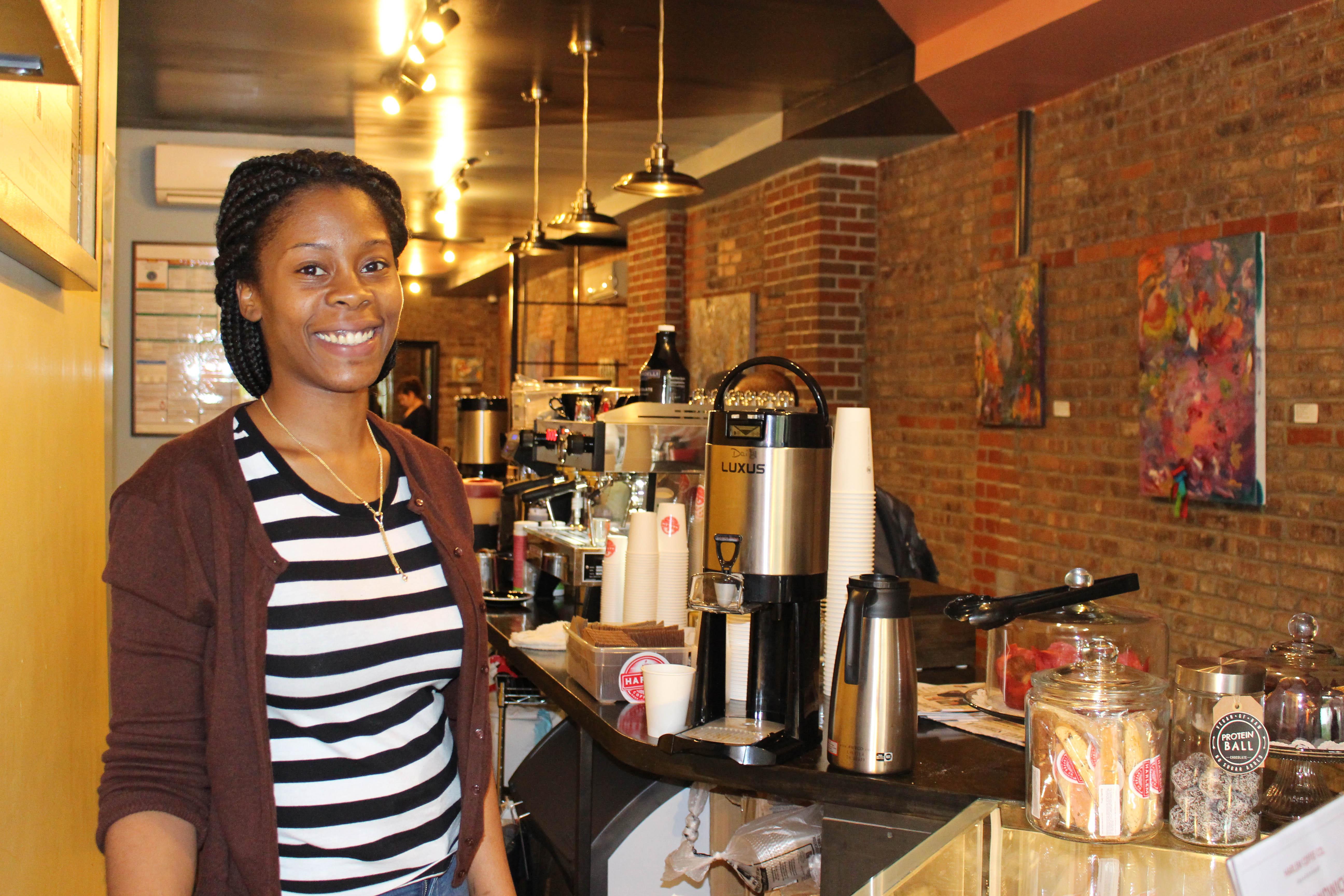 Simone Stokes nel caffè