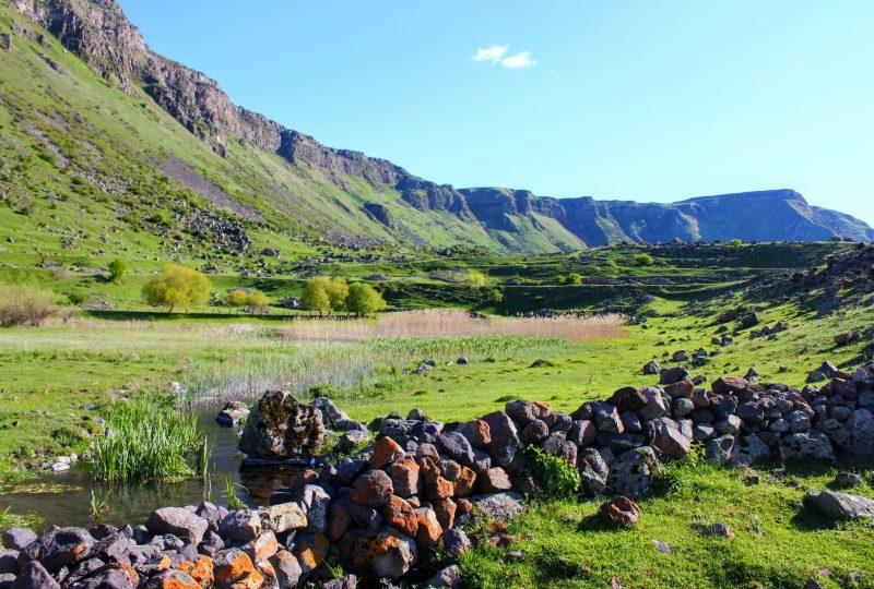 Le pareti di roccia sul lato nord del fiume Kura (foto di Chris Dowling)