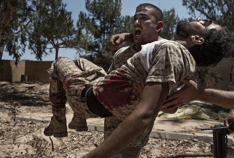 General News, 3 ° premio, Storie: Alessio Romenzi, Non prendiamo prigionieri. Un combattente delle forze libiche affiliate al governo di Tripoli con un compagno che pochi secondi prima era stato gravemente ferito da una trappola esplosiva dei combattenti dello Stato Islamico. Sirte, in Libia, è una delle tre capitali autoproclamate del cosiddetto Stato Islamico, insieme a Raqqa in Siria e a Mosul in Iraq. È stata la prima delle tre a cadere, con un'offensiva lanciata dal governo libico a maggio 2016. Ci sono voluti sette mesi di combattimenti, 500 attacchi aerei americani, la vita di 700 soldati libici e più di 3.000 soldati libici feriti per dichiarare finalmente la città libera
