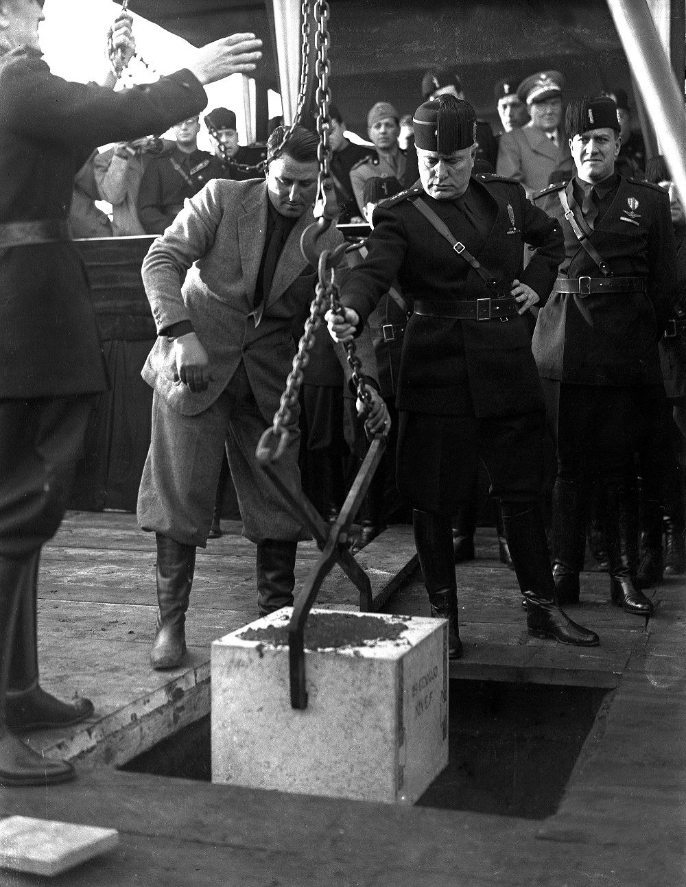 Il Duce durante la cerimonia per la posa della prima pietra a Cinecittà