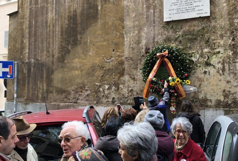 Le persone depongono fiori davanti alla targa che ricorda il Porrajmos nel quartiere Monti di Roma