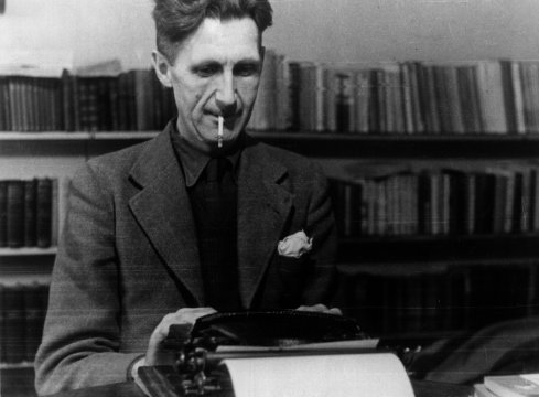 George Orwell mentre scrive