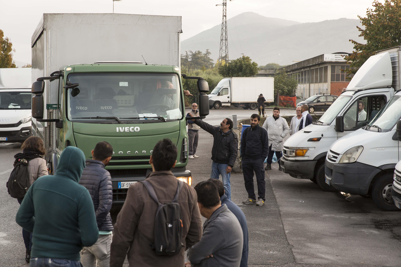 Uno dei picchetti organizzati da SI COBAS insieme con gli operai di aziende tessili di Prato (foto Carlo Ramerino)