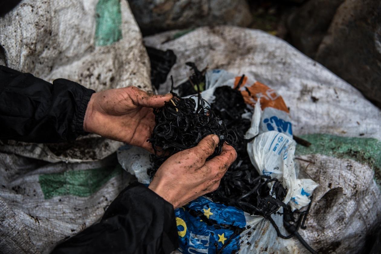 Dettagli dei rifiuti raccolti dagli ambientalisti. © Stefania Prandi