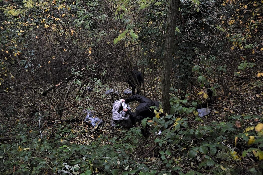Scarti della produzione della gomma gettati illegalmente e segnalati con una telefonata anonima agli ambientalisti della zona. © Stefania Prandi